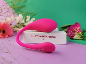 Le Lovense Lush 3 sur la boîte qui contenait le câble de chargement.