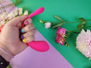 Le Lovense Lush 3 dans ma main, je montre à quel point la queue est flexible.