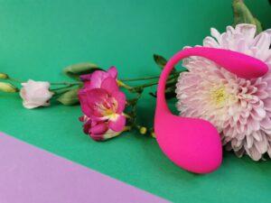 Le Lovense Lush 3 contre une fleur. Vous pouvez voir que la queue reste dans la forme.